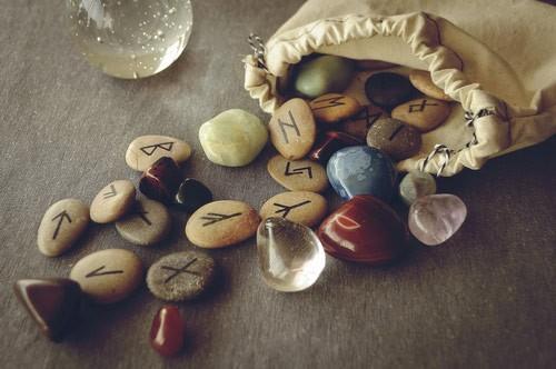 mon-avenir-voyance-be-outils-divinatoires-runes